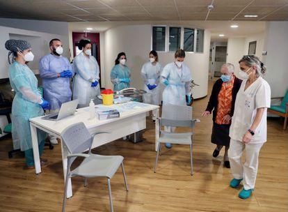 Una interna de la Residencia Mixta de Gijón, antes de recibir la vacuna, este domingo.