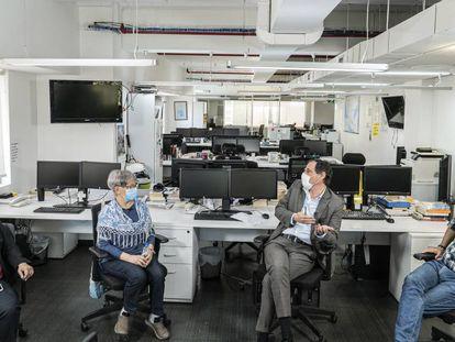 El director de EL PAÍS América conversa con un grupo de suscriptores en Ciudad de México.