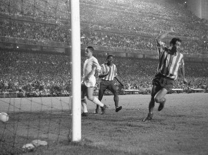 Peiró del Atlético, celebra uno de los dos goles que consiguió en la final de la Copa del Generalísimo, disputada en el Santiago Bernabéu ante el Real Madrid en 1961.EFE