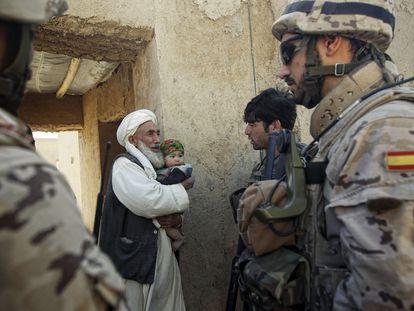 Soldados españoles conversan con un habitante afgano de Komuri, en la provincia afgana de Bagdhis, en octubre de 2012.