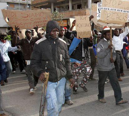 Un grupo de trabajadores inmigrantes participan hoy en una marcha de protesta por la violencia racista en las calles de Rosarno en el sur de Italia