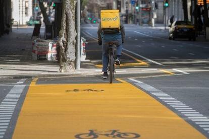 Nuevo carril bici en la calle Pau Claris de Barcelona, abierto en vísperas a la desescalada.