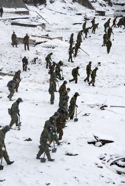 Soldados en busca de supervivientes en Miyako.