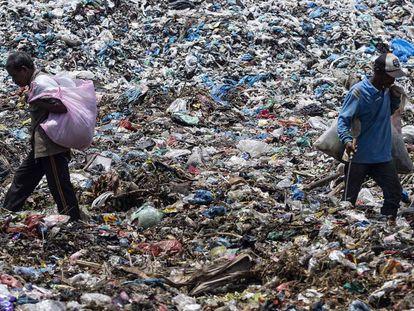 Dos personas rebuscan en la basura en el vertedero de la ciudad de Lhokseumawe (Indonesia). En vídeo, imágenes de una concentración de basura en aguas profundas.