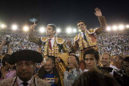 José Tomás (izquierda) y MIguel Ángel Perera, en Algeciras saliendo a hombros.