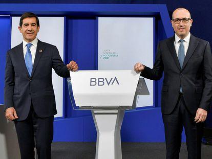 El presidente de BBVA, Carlos Torres Vila, a la izquierda, junto al consejero delegado, Onur Genç, durante la Junta General de Accionistas 2021.