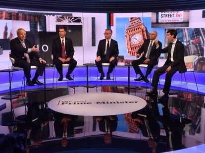 El primer ministro británico Boris Johnson, junto con miembros del partido conservador, en un plató de la BBC en junio de 2019