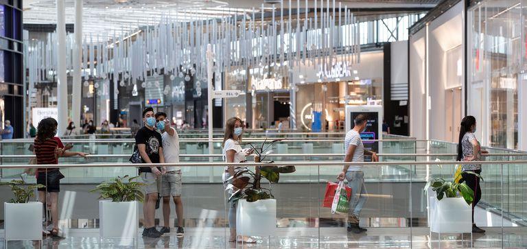 Clientes hacen cola en una de las tiendas del centro comercial Lagoh, en Sevilla.