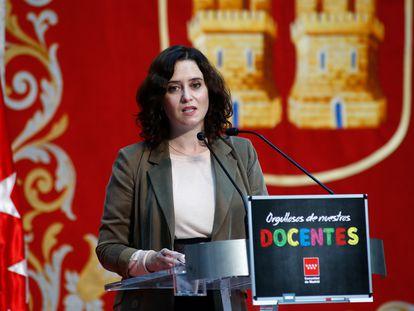 Isabel Díaz Ayuso, durante un homenaje del Gobierno regional a los docentes madrileños en la Puerta del Sol.
