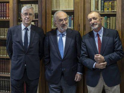 Desde la izquierda, el vicedirector de la RAE, José Manuel Sánchez Ron, el director, Santiago Muñoz Machado, y el académico Arturo Pérez-Reverte.