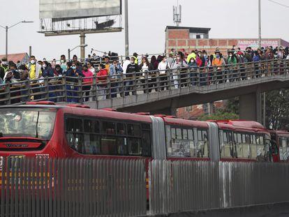 Los pasajeros se amontonan en una estación de Transmilenio en Soacha, en las afueras de Bogotá, durante la primera jornada de cuarentena general decretada por el Gobierno.