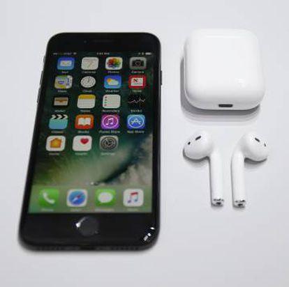 Vista del nuevo iPhone7 y los nuevos Apple AirPods.