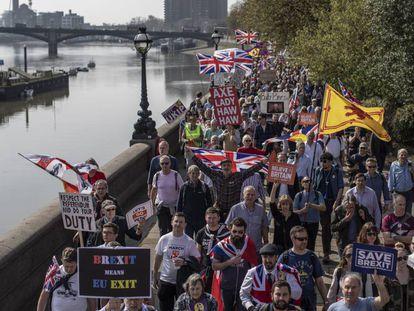 Partidarios del Brexit en la marcha que partió de Sunderland, a su llegada a Londres el 29 de marzo.