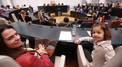 Vecinos de Madrid en el Pleno abierto celebrado hoy en el Ayuntamiento de la capital.