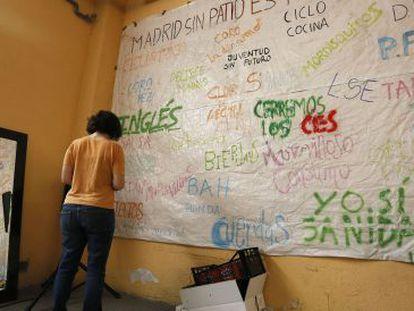 Inés Llinás, portavoz del Patio Maravillas, frente a una pancarta en la planta baja del edificio que okuparon el 11 de junio.