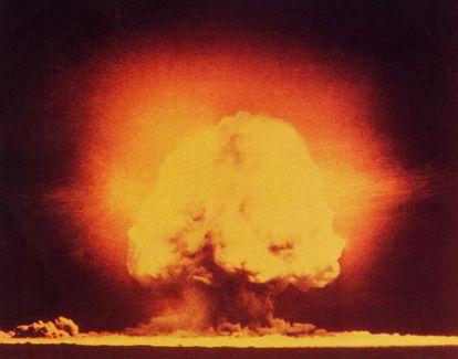 Explosión de la primera bomba atómica producida en Alamogordo (Nuevo México, EE UU).