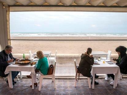Clientes en la terraza de un bar de Valencia, este lunes.