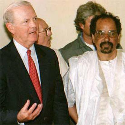 James Baker y el líder del Polisario, Mohamed Abdelaiz, en 1997 en Tinduf.