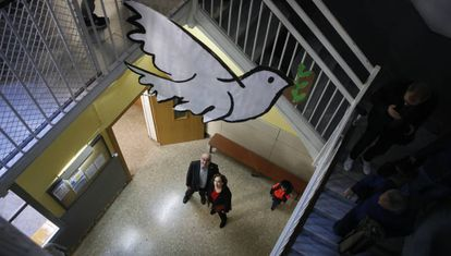 Bargalló y Colau durante la visita a la escuela.