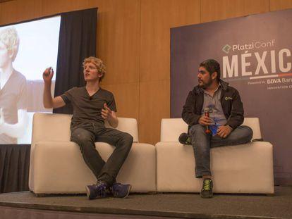 Patrick Collison (izquierda), fundador de Stripe, y Christian Van der Henst, fundador de Platzi.