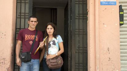 Sandra Salvadó y Jonatan Rojas, frente a la portería del piso que les han adjudicado y que no pueden ocupar.