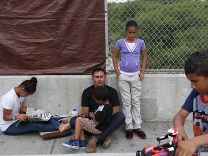 Una familia hondureña en el mexicano puente Brownsville-Matamoros luego de que les denegaran el paso a Texas.