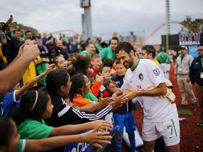 Raúl firma autógrafos tras un partido con el Cosmos