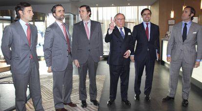 Ruiz-Mateos, con cinco de sus seis hijos, en 2011.