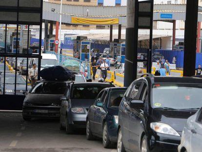Varios vehículos circulan por el paso fronterizo de Beni-Enzar.