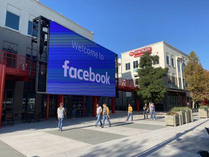 Empleados de Facebook caminan en las instalaciones de la compañía en Menlo Park, en noviembre de 2019.