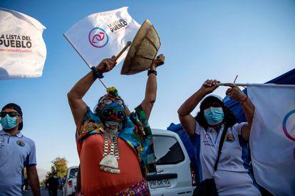 La candidata de izquierda a la Asamblea Constituyente del Partido Popular, la mapuche Juanita Millal, golpea un instrumento durante una visita a un barrio pobre de Santiago, el 23 de marzo de 2021.