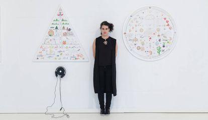 Ana García-Pineda junto a una de sus obras que pueden verse en la Fundación Miró.