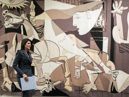 La embajadora de Donald Trump en la ONU, Nikki Haley, ante el tapiz del 'Guernica', en una imagen de 2018.