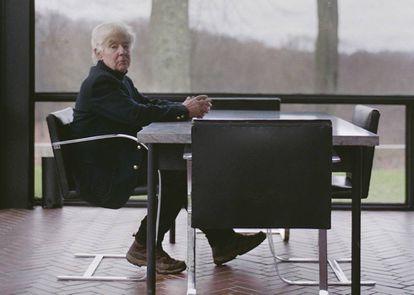 Robert Melik Finkle, el amante del arquitecto Philip Johnson, vuelve a la Glass House después de cuatro décadas con ICON DESIGN. En la imagen, posa en la mesa de mármol del comedor, donde solía pasar las tardes dibujando junto a Johnson. |