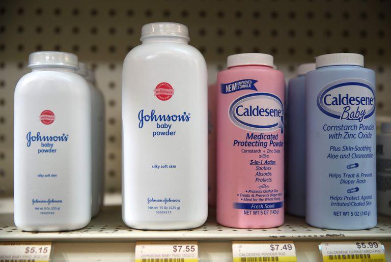 El polvo de talco para bebés de Johnson y Johnson en un estante en la Farmacia Jack's en San Anselmo, California.