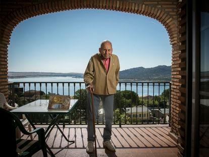 Juan Muñoz Martín, escritor de cuentos infantiles, en su casa de Manzanares el Real.