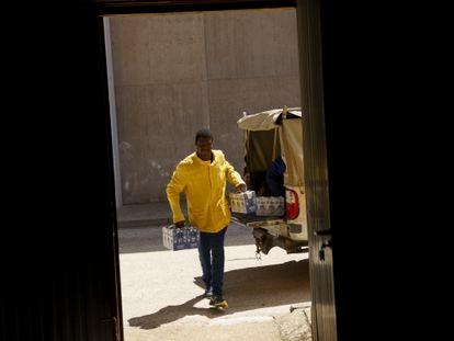 Bazie carga cajas de leche del banco de alimentos.