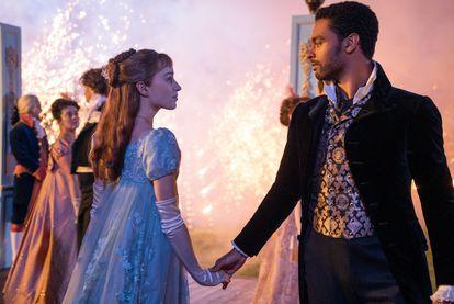 Simon Bassett, el galán de la pareja protagonista, viste brocados y bordados decimonónicos que escapan al estilo clásico de la Regencia inglesa.