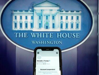 Una ilustración fotográfica muestra la cuenta de Twitter suspendida del presidente de Estados Unidos, Donald Trump, en un 'smartphone' en la sala de reuniones de la Casa Blanca en Washington, el 8 de enero de 2021.