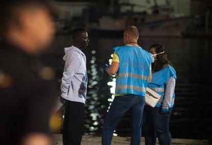 Agentes de Frontex entrevistan a un migrante recién desembarcado en el puerto de Málaga, el pasado noviembre.