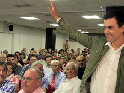 Pedro Sánchez saluda a su llegada al encuentro con militantes, este jueves  en Bilbao.