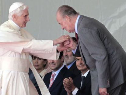 El Rey se inclina ante el Papa tras la llegada de este último al aeropuerto de Barajas, ante las miradas de Zapatero, Rajoy y Bono.