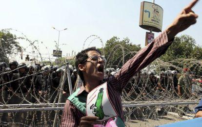 Manifestantes corean consignas en contra del candidato presidencial Ahmed Shafiq a las puertas de la Corte Constitucional en El Cairo.