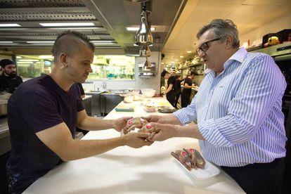 <b>HIGINIO GÓMEZ</b>. El pollero es el provedor habitual de restaurantes como DiverXO (con cuyo propietario, David Muñoz, está en la foto), Lakasa, La Bien Aparecida, Ramón Freixa, Membibre, Coque, Santceloni o Alabaster.