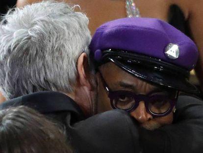 Alfonso Cuarón abraza a Spike Lee en la ceremonia de los Oscar. En vídeo, la reacción de Spike Lee al Oscar a 'Green Book' como mejor película.