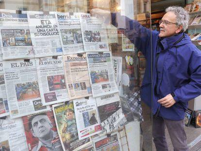 Las portadas de los periódicos españoles anunciando el fin de ETA, este jueves en San Sebastián