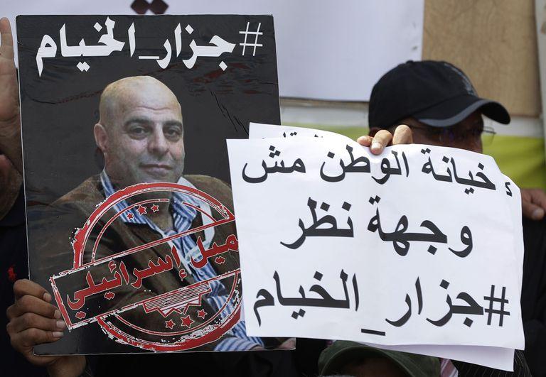 Un seguidor del partido chií libanés Amal sostiene una pancarta durante una manifestación el pasado 15 de setiembre en Beirut en protesta por la liberación del criminal de guerra Amer Fakhoury