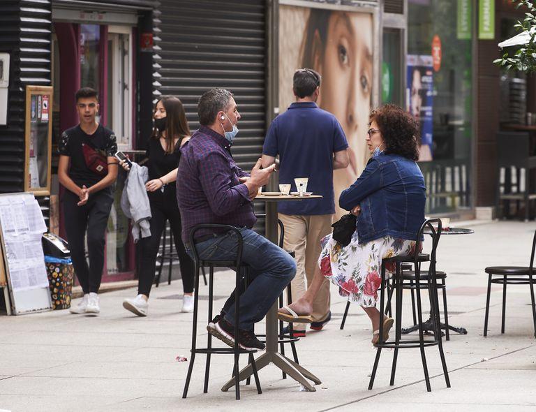 Dos personas disfrutan en una terraza de Santander, Cantabria, ayer.