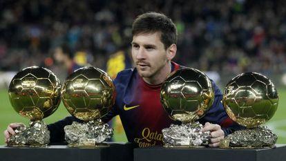 Messi posa con los balones de oro, antes del partido.