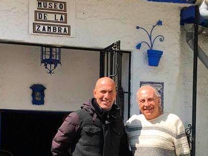 Zidane posa con el cantaor Curro Albaicín.